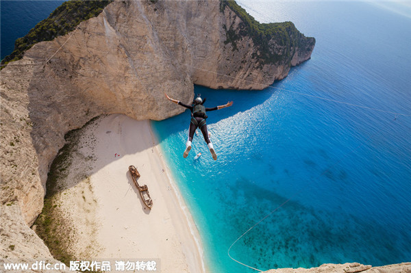 Daredevil ropejumpers leap 200 meters off cliff