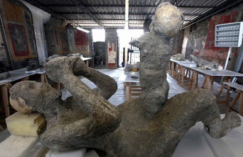 Restorers give shape to Pompeii victims